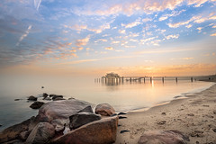 Seebrücke und Restaurand Wolkenlos Timmendorfer Strand (tenbike (www.jb-fotofreund.de)) Tags: seebrücke timmendorferstrand wolkenlos sonnenaufgang schleswigholstein ostsee wolken himmel meer jürgenbrunck wwwjbfotofreundde