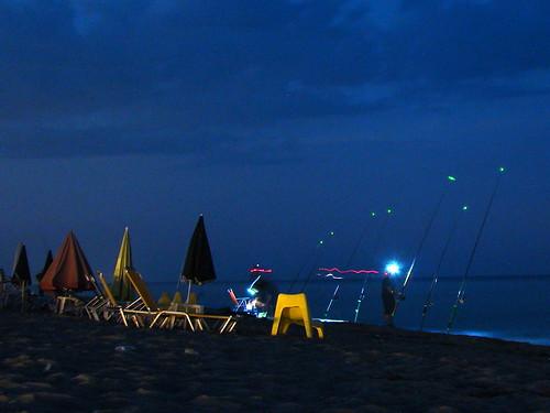 Ночные рыбаки на берегу моря