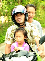 family on a motorcycle (the foreign photographer - ฝรั่งถ่) Tags: family motorcycle khlong thanon portraits bangkhen bangkok thailand canon