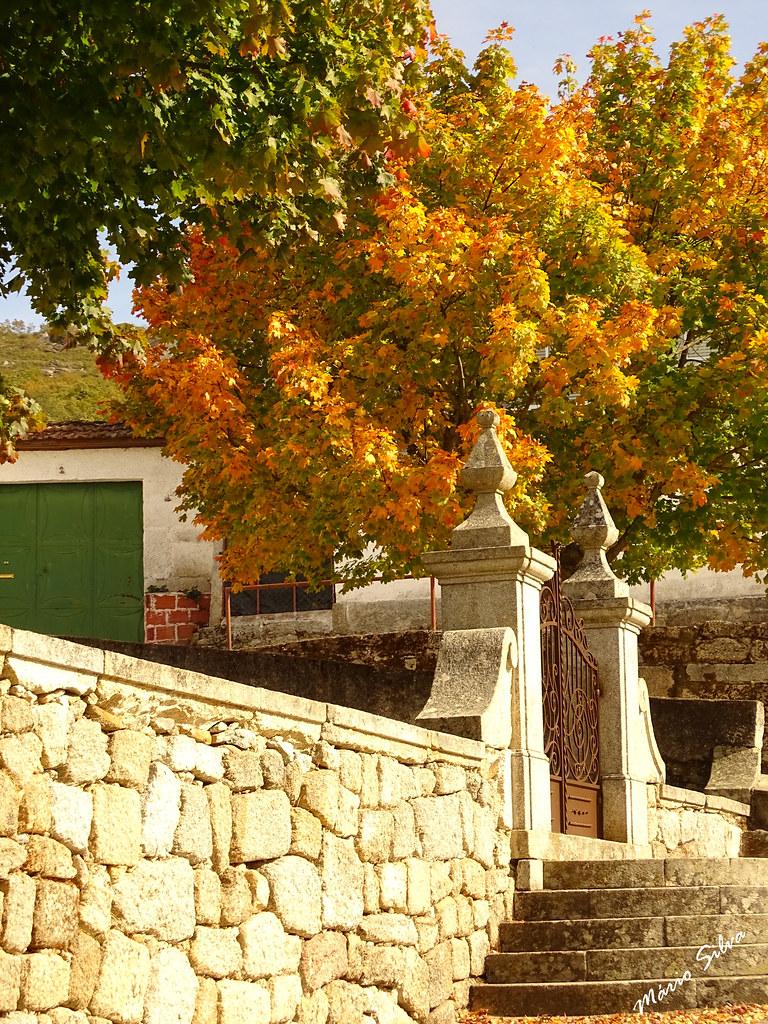 Águas Frias (Chaves) - ... vista lateral da entrada do adro da igreja matriz ...