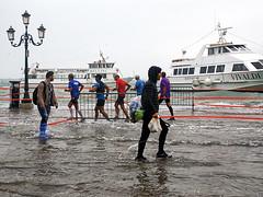 Venedig - Venedig-Marathon (ingrid eulenfan) Tags: italien italy italia venedig venezia venedigmarathon halbmarathon hochwasser wasser schiff adrialagune lagunenstadt menschen personen people