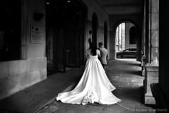 Wedding Couple-BP82725bw (Rob Blok / BLOK PHOTO) Tags: spain street wedding couple nikon fx 24mm blokphoto robblok blackandwhite