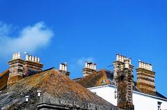 schoorsteenland (roberke) Tags: daken rooftop schouwen schoorstenen sky lucht clouds wolk blauw uk chimney cornwall blue