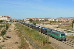 Nuevos comienzos, mismos caminos (Pabloh269) Tags: comsa comsarailtransport captrain captrainespaña sncf bitrac caf 601 híbrida locomotora portacoches opel