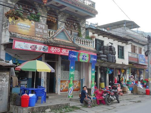 Dans la rue principale on trouve de nombreux magasins en tout genre.