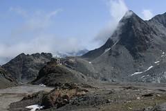 cabane des Dix 2928 mètres (bulbocode909) Tags: valais suisse valdesdix cabanedesdix montagnes nature cabanes nuages brume paysages rochers glaciers moraine pointedetsénaréfien bleu groupenuagesetciel