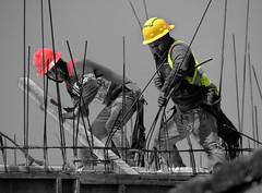 Esfuerzo (Alejandro8a) Tags: gente personas trabajadores work construccion colorsplash color bn construction trabajo team struggle obrero worker lines