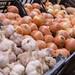 Zwiebeln und Knoblauch am Timeout Market in Lissabon