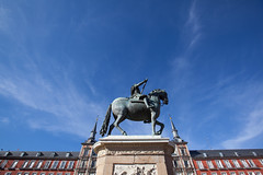 King Phillip III, Plaza Mayor, Madrid (Geraint Rowland Photography) Tags: spain europe madrid visitmadrid colonialism colonialarchitecture architecture art sculpture spanishart statue kingphillipiii plazamayor wwwgeraintrowlandcouk visitspain tourism wideangle building walkingtoursinmadrid geraintrowlandphotographybluesky summer travel wanderlust travelblogger