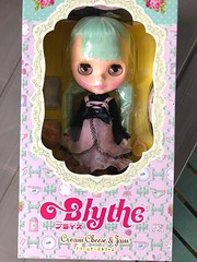 """YES!! Cream Cheese and Jam has arrived! My very first green haired Blythe 💚. Those bangs are crooked but otherwise fine. • <a style=""""font-size:0.8em;"""" href=""""http://www.flickr.com/photos/87230391@N03/43460677930/"""" target=""""_blank"""">View on Flickr</a>"""