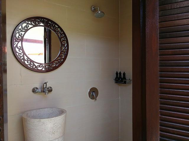 <p>中庭にあるトイレ、シャワーブース。シャワー3個目です!</p>