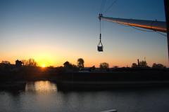 Sonnenaufgang am langen Arm (Gajoma) Tags: kran kranarm sonnenaufgang brücke wissenschaftshafen elbe