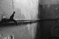Gefängnis Köpenick (mono:chrom) Tags: europe germany berlin köpenick treptow gefängnis haftanstalt jail prison architektur blackandwhite bnw schwarzweiss monochrom canon dslr langzeitbelichtung longexposure bulb abandoned hiddenplaces lostplaces decay urbex