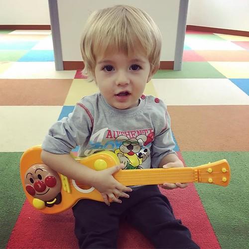 Sing a song of love and happiness 💕 #kindergarten #daycare #preschool #music #guitar #cutekids #sing #tokyo #幼稚園 #保育園 #東京 #音楽 #楽器 #ギター #guitar