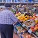 Gemüseverkäufer am Timeout Market in Lissabon richtet Orangen