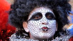 Anglų lietuvių žodynas. Žodis artiste reiškia n profesionalas dainininkas, šokėjas, aktorius lietuviškai.