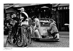 Les parisiens (stephane_p) Tags: 2cv paris pentax biancoenero bianconero blackandwhite blackwhite bw darktable monochrome monotone nb noirblanc noiretblanc street streetphotography skancheli