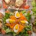 Gemischter Salat mit Eiern und Rohschinken mit Brot zwischen Schnitzelbroten