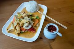Thai Food - Rotes Vegan Curry mit Tofu, Pilzen, Zucchini, Paprika und Karotten mit geformten Reis auf einem Teller mit Bambus-Essstäbchen und Chilipaste in einem Gefäß (verchmarco) Tags: köln nordrheinwestfalen deutschland de food lebensmittel noperson keineperson lunch mittagessen vegetable gemüse bowl schüssel dinner abendessen meat fleisch delicious köstlich meal mahlzeit dish gericht plate teller grow wachsen cooking kochen cuisine rice reis nutrition ernährung chicken hähnchen hot heis traditional traditionell pork schweinefleisch wald storm fire waves weather bar view seascape baby himmel