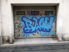 .. shit up (Lackdosetoleranz) Tags: wien vienna lackdosetoleranz urbanart citylife urban graffiti letters buchstaben writingonthewall streetlife 1100 gettingup graffitibombing blow screw143 cnb handstyles garage tür tor farbe color blau blue 2018
