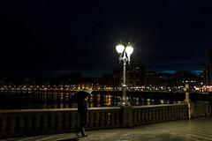 Paseando por San Lorenzo. Gijón. (David A.L.) Tags: asturias asturies gijón paseando paseodelmuro paseo noche nocturna lluvia paraguas farola canon canonef2470mmf28l