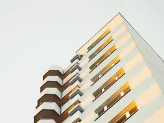 Balkonia (Peter Glaab) Tags: olympus f18 zuiko 45mm architektur himmel balkone hochhaus eimsbüttel stellingen oktober spätsommer licht architecture light sunset diagronalen perspektive sonnenuntergang m43 minimalismus minimalism sky linien lines geometric fenster muster patterns