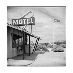 follow the arrow • palmdale, ca • 2018 (lem's) Tags: 4 aces ranch motel flag desert drapeau ghost town ville fantome ca california rolleiflex t palmdale