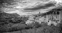 (442/18) Un pueblo entre montañas (Pablo Arias) Tags: pabloarias photoshop ps capturendx españa photomatix nubes cielo arquitectura paisaje hierba bn blancoynegro campo casa montañatárbena alicante