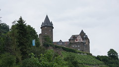 Rhine Castle Trail 4th Stage 001 (Orgrim) Tags: rhinecastletrail rheinburgenweg rhine rhein fluss river stream deutschland germany rheinlandpfalz rhinelandpalatinate fernwanderweg longdistancewalkingtrail hike hiker hiking walk wanderung wandern trail way road path weg strase pfad route track etappe stage natur nature bingen rolandseck bacharach oberwesel stahleck burg castle mittelalter middleages darkage ritter knight jugendherberge hostel youthhostel herberge turm tower bergfried burgfried keep castlekeep castletower wein vine vineyard weinberg hügel hill fahne flag