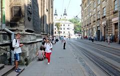 LVIV - WAITING FOR THE TRAM (Maikel L.) Tags: europe europa ukraina ukraine украина україна львів львов lviv lvov lwiw lwów lemberg street strase people urban city stadt vulruska ulruska waiting warten haltestelle tramstop