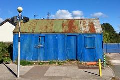 Iarann rocach gorm (Rhisiart Hincks) Tags: haearnrhychog haearntonnog corrugatediron haearngwrymiog tolgwagennek xaflauhindu hierroondulado wellblech tôleondulée bølgeblik vlnitýplech iarannrocach urdin glas bleu azul blue gorm rhwd mergl rust herdoil meirg rouille contaechorcaí swyddcorc countycork gleannmaghair glanmire baileroisín riverstown