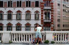 Un amore urbano (meghimeg) Tags: genova 2018 bacio kiss palazzo building finestre windows colori colors coppia couple