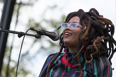Valerie June (Notley Hawkins) Tags: httpwwwnotleyhawkinscom notleyhawkinsphotography notley notleyhawkins 10thavenue stage people concert band perfomers festival rootsnbluesnbbqfestival rootsnblues columbiamissouri stephenslakepark boonecountymissouri bocomo rootsnbluesnbbq september 2018 valeriejune chanteuse dreads dreadlocks