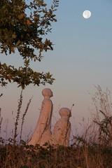 lune celtique (Patrick Doreau) Tags: lune ciel moon sky sculptures saints vallée art outdoor bretagne brittany moorning matin