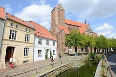 3213 Blick über den Mühlenbach zur Sankt Nikolaikirche in der Hansestadt Wismar; die Kirche wurde von 1381-1487  als Kirche der Seefahrer und Fischer erbaut. Sie gilt als Meisterwerk der Spätgotik im nordeuropäischen Raum. Die Nikolaikirche ist als Teil d (stadt + land) Tags: mühlenbach sankt nikolaikirche kirche seefahrer fischer erbaut meisterwerk spätgotik nordeuropa wismarer altstadt liste unesco weltkulturerbe hansestadt wismar neue hanse hansebund ostseeküste mecklenburg vorpommern städtebund hafen hafenstadt