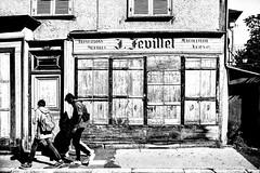 Reparations meubles.....Fermè (Renato Pizzutti) Tags: francia borgogna cluny bianconero persone laboratorio porta negozio nikond750 renatopizzutti