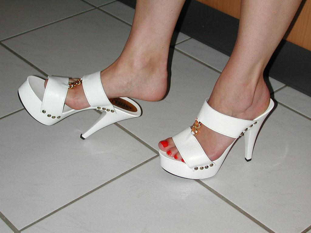 627c485b44 pic0134 (KnulliBulli) Tags: heels highheels mules slides nylons toes fuss  füsse feet legs