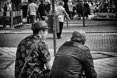 OKSF 209 (Oliver Klas) Tags: okfotografien oliver klas street streetfotografie streetphotography strassenfotografie streetart streetphotographer streetphoto stadtleben streetlife streetculture urban schwarzweis schwarzweissfotografie blackandwhite monochrom farblos abstrakt dunkel hell grau schwarz weiss black white sw schwarzweiss personen people menschen persons volk familie angehörige bewohner bevölkerung leute europäer mann frau gesellschaft menschheit mensch völker deutschland germany stadt city europa deutsch kinder children kids klein jugendlich jugendliche kleinkind kind kleinkinder heranwachsende jung junge mädchen teen jugend de