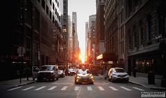 Manhattan sunset (PhotoByKent) Tags: canon 80d old gammal usa united states of america ue mörkt dark lights lampor struktur structure arkitektur architecture cloud clouds sky himmel taxi cars bilar sunset solnedgång streetphotography street photobykent new york