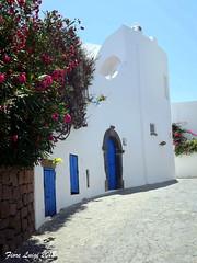La casa bianca nella curva (FIORE Luigi) Tags: isoleeolie isola italia suditalia sicilia portone blu messina strada panarea arco comignolo finestra pietre verde