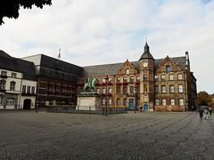 Düsseldorf - Rathaus (Berliner1963) Tags: stphotographia deutschland germany nordrheinwestfalen rheinland düsseldorf rathaus townhall architektur architecture altstadt leica janwelledenkmal