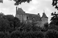 Château de St-Brisson (Philippe_28) Tags: stbrisson loiret 45 france europe château castle loire 24x36 argentique analogue camera photography film 135 bw nb