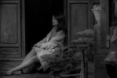 de versos i somnis... (Kaobanga) Tags: retrat retrato portrait dona mujer woman bellesa belleza beauty versos verses somnis sueños dreams blancinegre blancoynegro blackandwhite bw bn olympus olympusem1markii mzuiko zuiko 14150mm 14150 kaobanga rvl
