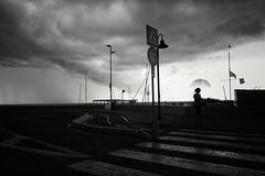 Elle est là  .... (philippphotography06) Tags: noiretblanc blackandwhite parapluie pluie orage contrejour nuage
