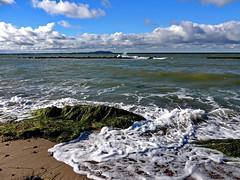 Gischt (Wunderlich, Olga) Tags: ostsee wellen gischt steine wellenbrecher seegras schaum wolken wind naturaufnahme landschaftsbild dranske mecklenburgvorpommern