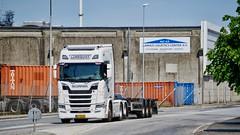 BX55097 (18.05.25, Østhavnsvej, Oliehavnsvej)DSC_8617_Balancer (Lav Ulv) Tags: 248935 scania newgen nextgen s580 sseries rsseries v8 white topline euro6 e6 6x2 lundquisttransport 2018 oliehavnsvej portofaarhus industry building concrete skeletaltrailer scaniasseries truck truckphoto truckspotter traffic trafik verkehr cabover street road strasse vej commercialvehicles erhvervskøretøjer danmark denmark dänemark danishhauliers danskefirmaer danskevognmænd vehicle køretøj aarhus lkw lastbil lastvogn camion vehicule coe danemark danimarca lorry autocarra danoise vrachtwagen trækker hauler zugmaschine tractorunit tractor artic articulated semi sattelzug auflieger trailer sattelschlepper vogntog oplegger sættevogn