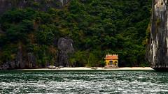 Vietnam - Petit temple perdu dans la baie d'Ha Long. (Gilles Daligand) Tags: vietnam baie halong temple plage