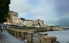 ... (Augusta Onida) Tags: siracusa ortigia passeggiataamare cielo sky sicilia italia italy casa house mare sea patrimoniounesco leicam sera night wall water
