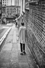 Brick lane (Mathieu HENON) Tags: leica leicam m240 noctilux 50mm laphotodulundi nb noirblanc monochrome blackwhite bnw streetphoto photoderue ecosse scotland gb glasgow briques trottoir jeunefemme seule brick lane
