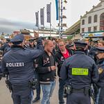 Polizei vernimmt junge Männer auf dem Oktoberfest thumbnail
